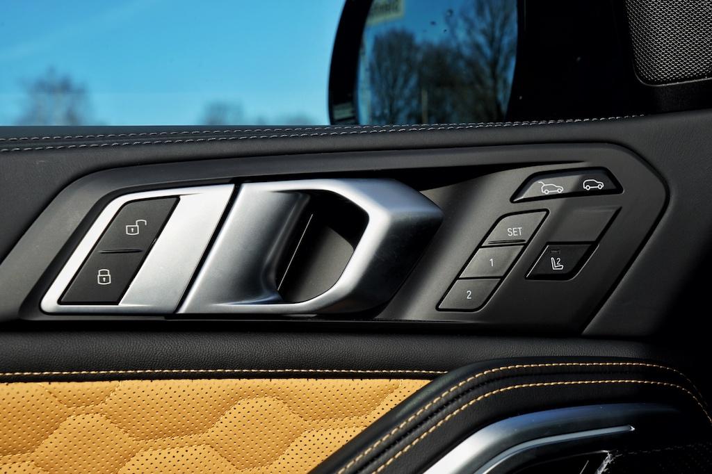 Im gesamten Fahrzeug sind hochwertige Materialen verbaut und perfekt gearbeitet, von den mit Leder bezogenen Türverkleidungen ....