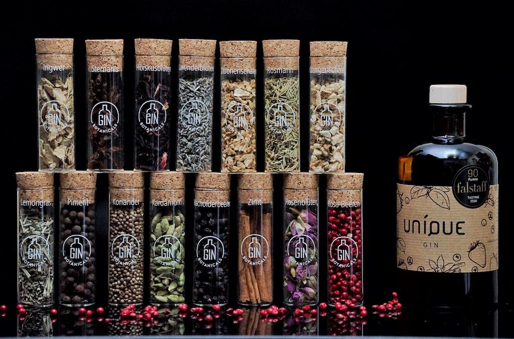 Wer seinen Gin ein wenig pimpen möchte, kann über die UNIQUE Gina-Macher auch gleich die passenden Botanicals beziehen