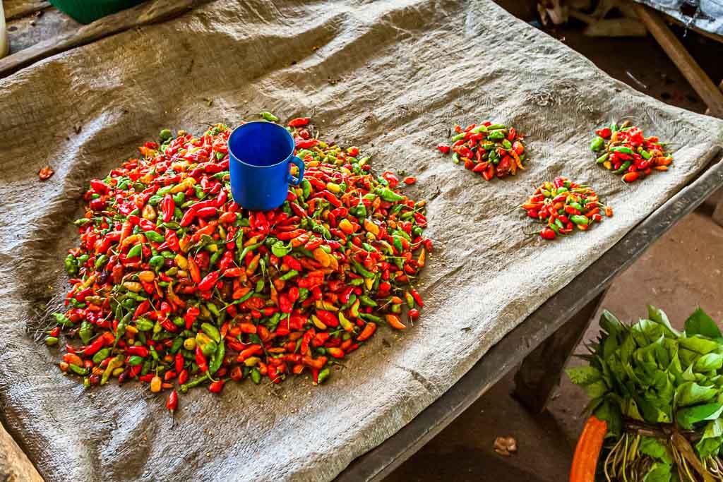 Frische scharfe Chili-Schoten auf einem Markt in Sierra Leone / © FrontRowSociety.net, Foto: Georg Berg