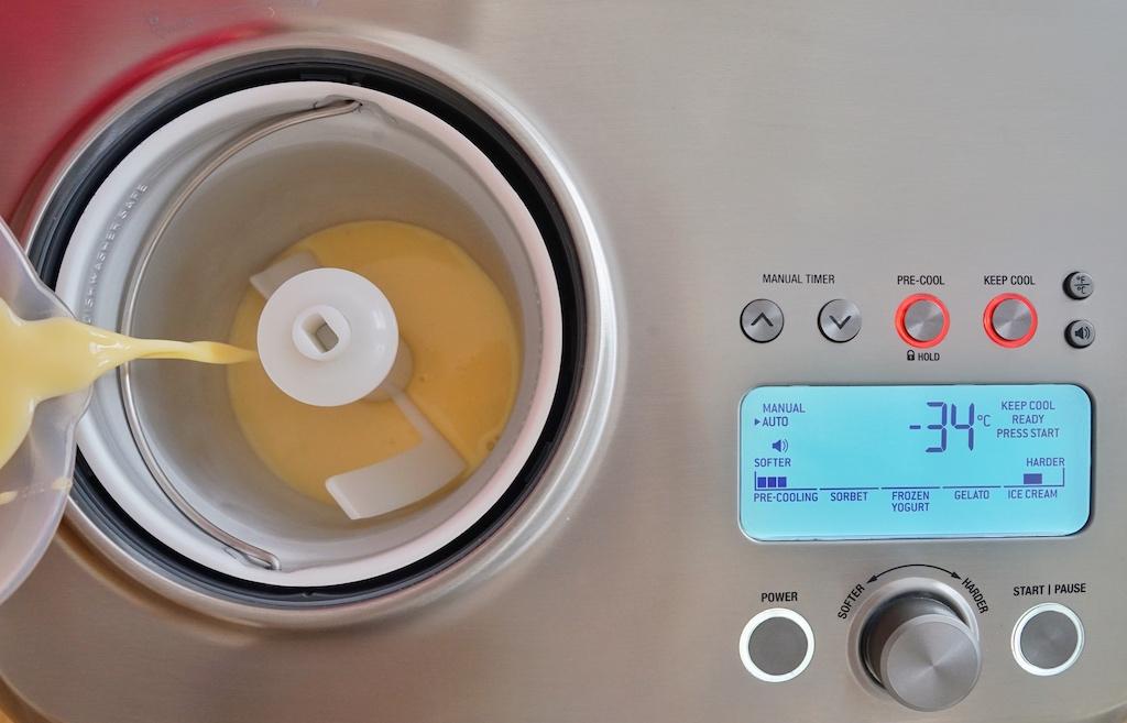 Pre-Cool Funktion auswählen, ein paar Minuten warten und die vorbereitete Eiscrmemasse einfüllen