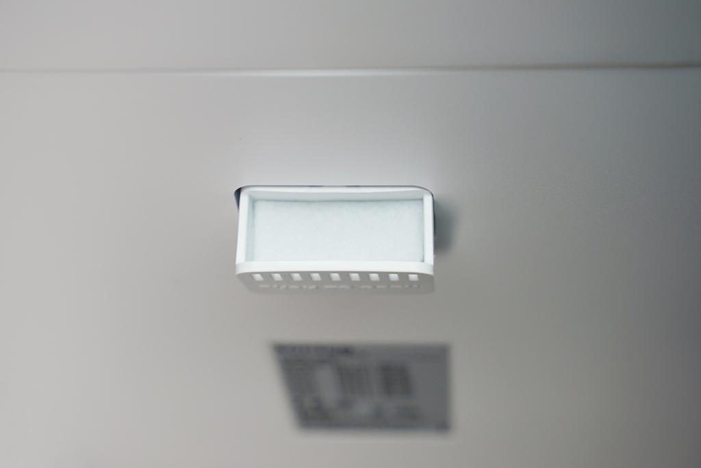 Raumduft einfach gemacht: Mit dem Finger auf das Aromafach drücken, welches automatisch ausfährt. Dann ein paar Tropfen Raumduft hinzugeben und die gesäuberte Luft wird mit Aromen angereichert
