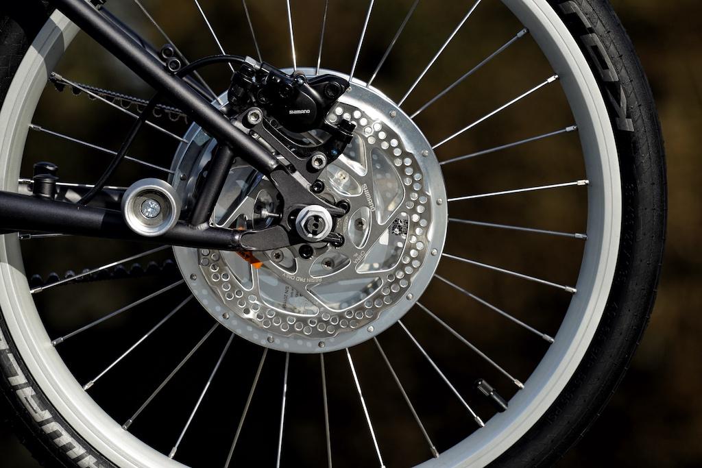 ... bzw. auch mit Scheibenbremsen und hydraulischen Bremsen an der Hinterachse