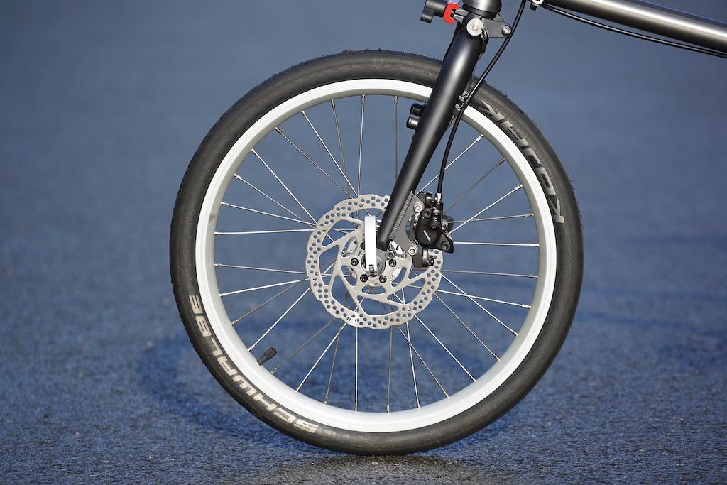 Trotz des geringen Gewichts, ist das Bike technisch gut ausgestattet, mit Scheibenbremsen und Hydraulikbremsen an der Vorderachse.