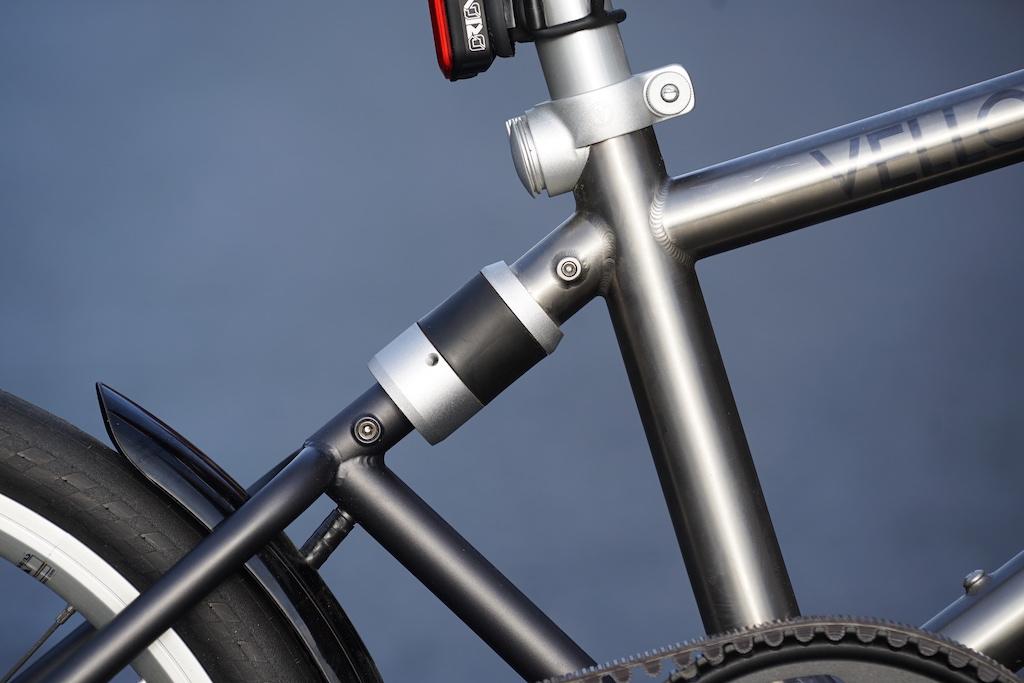 Der starke Magnetverschluss verbindet das Bike hinteren Teil as Rad im zusammengefalteten Zustand. Mit einem Handgriff wird es gelöst und dann ...