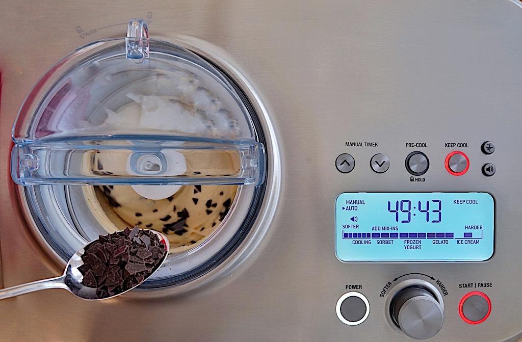 Wenn es soweit ist und die Eiscreme schon fast fertig ist, bringt man seine gewünschten Zutaten ins Spiel