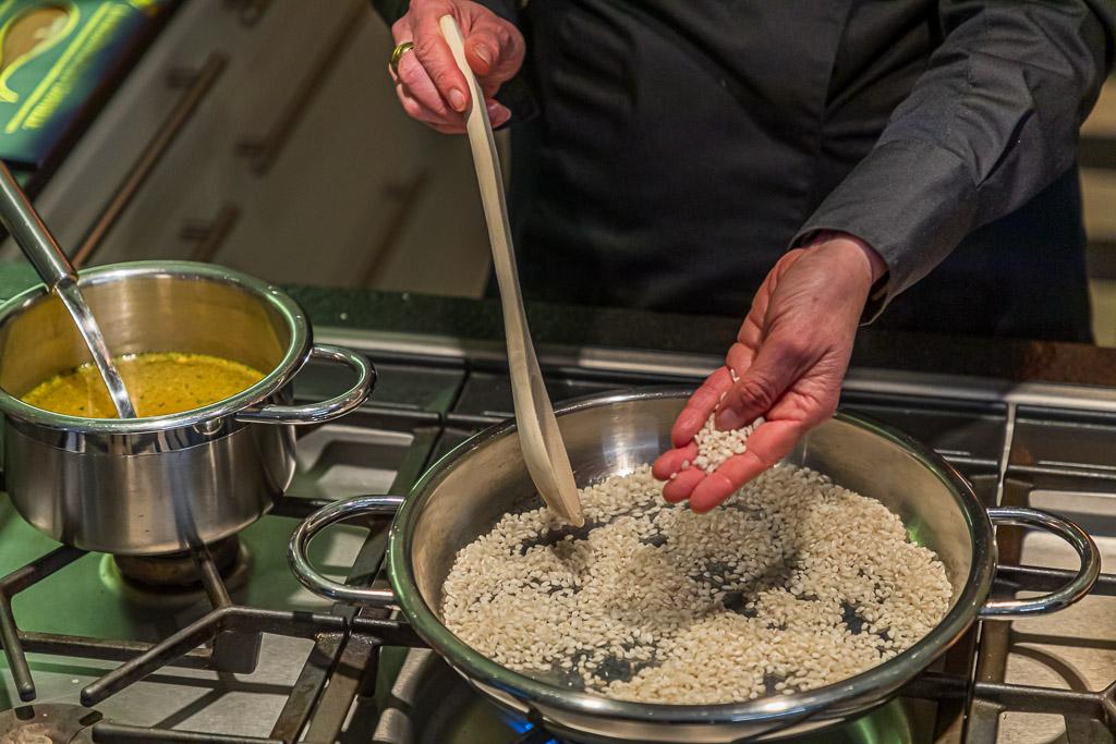 Fingerspitzen im Hitzetest. Der Reis wird ohne Zugabe von Fett in der Pfanne erhitzt / © FrontRowSociety.net, Foto: Georg Berg