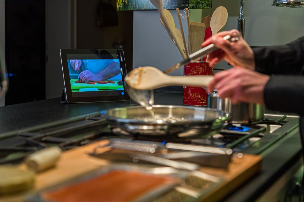 Die Zubereitung von Risotto erfordert etwas Geduld. Die im separaten Topf erhitze Brühe wird Kelle für Kelle zugegeben / © FrontRowSociety.net, Foto: Georg Berg