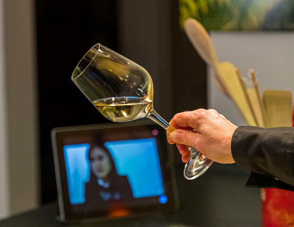 Irgendwie ein tröstlicher Gedanke, dass zur selben Zeit an unterschiedlichsten Orten nun Menschen, den selben Wein kosten und das selbe Gericht zubereiten / © FrontRowSociety.net, Foto: Georg Berg