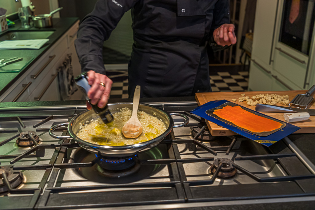 Erst zum Ende hin wird Olivenöl und Butter zugegeben / © FrontRowSociety.net, Foto: Georg Berg