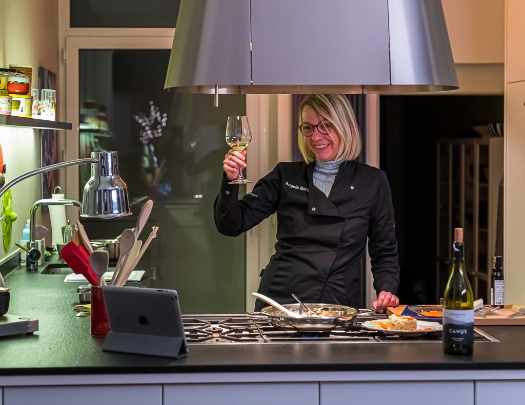 Mit frisch gefüllten Weissweingläsern geht ein Prost und Dank an die beiden Spitzenköche in Trieste. Bevor man im Self-Service das friaulsche Risotto zum Tisch trägt und genießt / © FrontRowSociety.net, Foto: Georg Berg