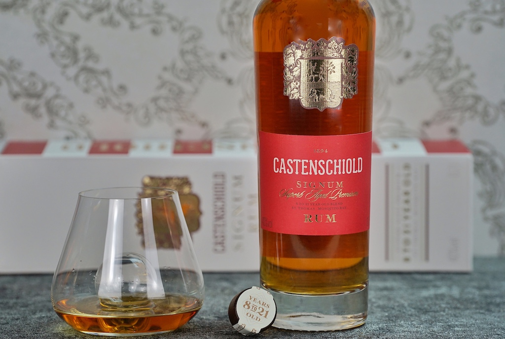 Der Rum wird in ehemaligen Bourbon-Eichenfässern gelagert und zum Finish in Vintage-Sherry-Eichenfässer gefüllt
