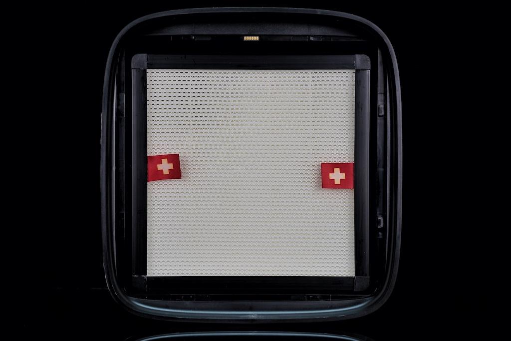 Nach dem der Deckel durch leichtes Anheben abgenommen wird, ist die Filterbox griffbereit und durch das Anheben an den roten Laschen...