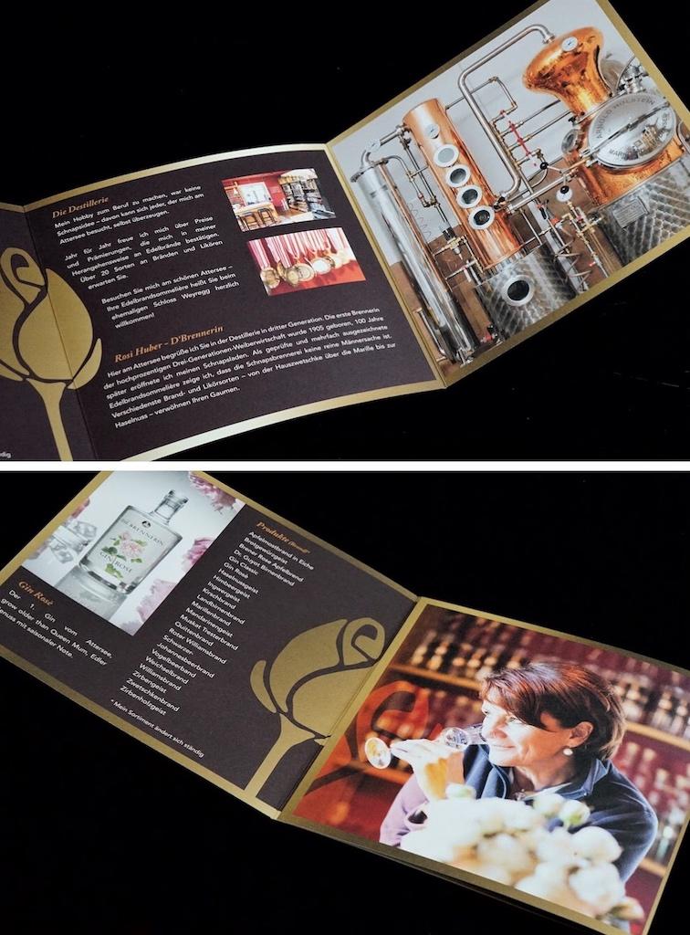 Im Schnapsladen liegt der Flyer von Rosi Huber, der eine Übersicht über die aktuellen Produkte gibt