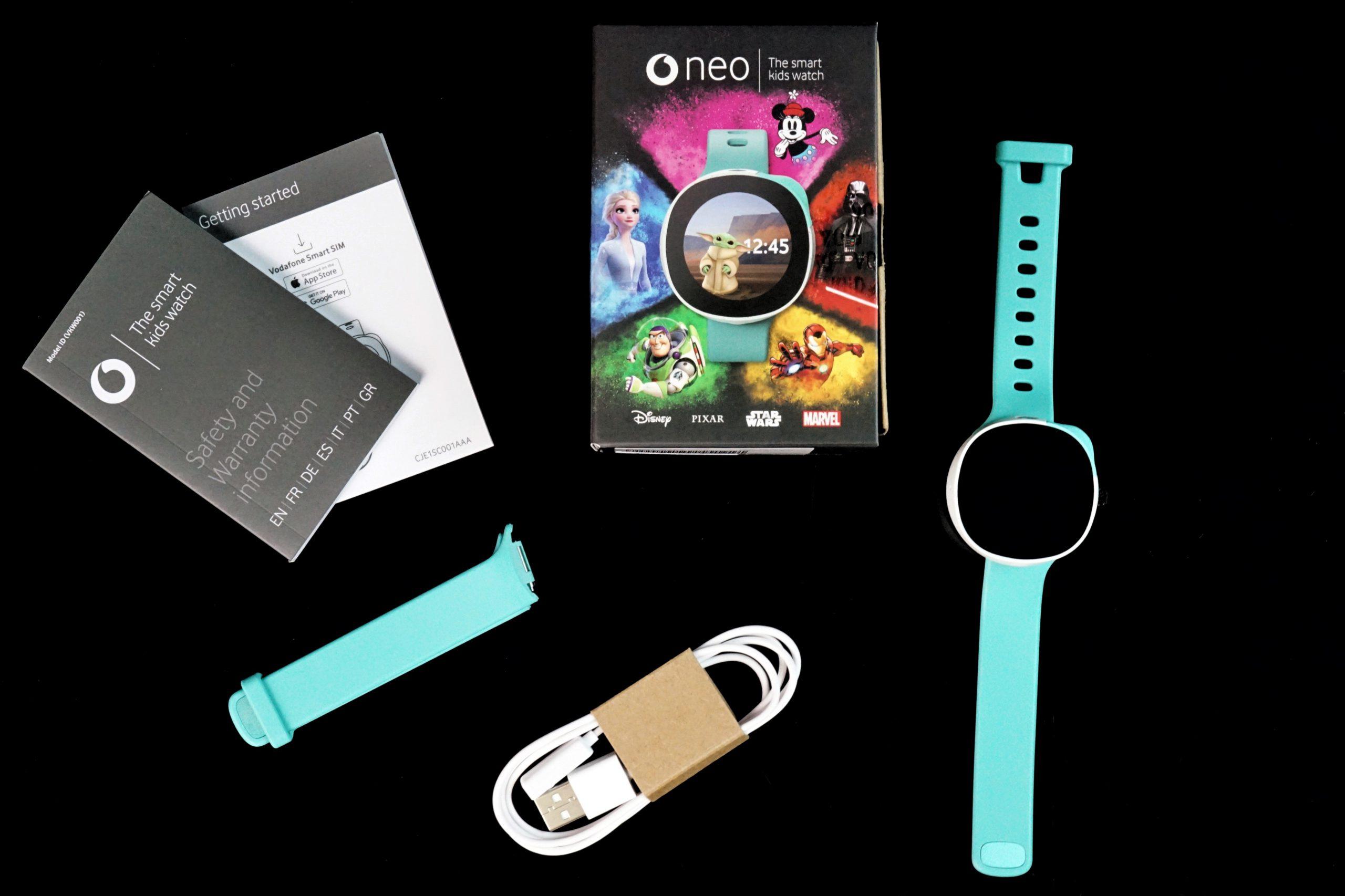 Im Lieferumfang sind die Neo Smartwatch, ein zusätzliches Armband, das Ladegabel und eine Kurzanleitung dabei