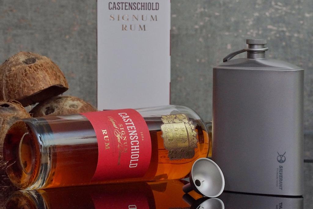 Wer einen Schluck Rum für unterwegs parat haben möchte, dem sei der edle Flachmann von Silverant empfohlen. Dieser fast 260 Milliliter und besteht zu 100 Prozent aus Titan