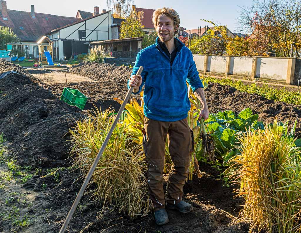 Auf dem Stadtacker umgeben von Wirsing, Kurkuma und Ingwer erzählt Sebastian Niedermaier von einigen der über 60 Gemüsesorten, die sein Betrieb anbietet / © FrontRowSociety.net, Foto: Georg Berg