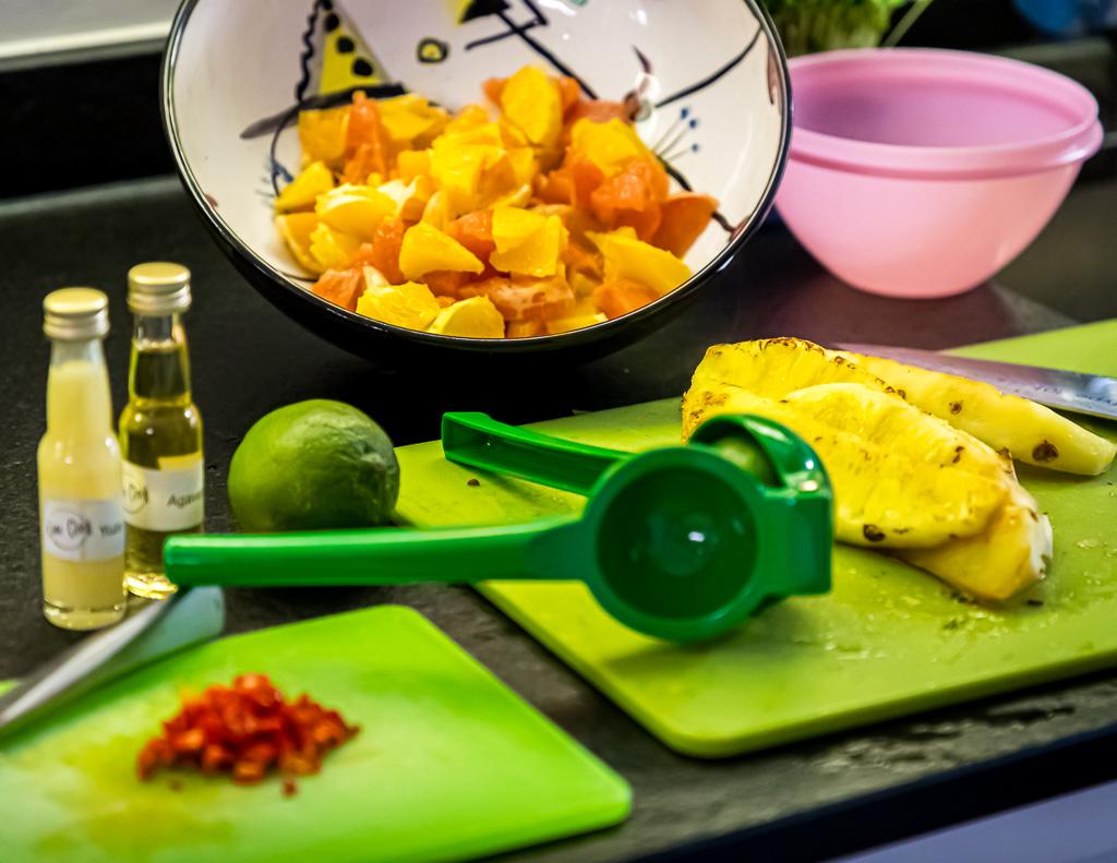 Die Vorbereitungen für eine Ceviche fruta mit Zitrus, Ananas und Shiso stehen ganz am Anfang des Kochabends / © FrontRowSociety.net, Foto: Georg Berg