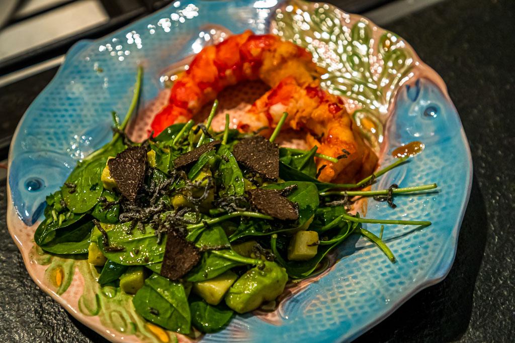 Das Fleisch der Carabineros wird zusammen mit dem Baby Spinatsalat, Avocado, weisser Trüffelsoße und Raspeln vom schwarzen Wintertrüffel angerichtet / © FrontRowSociety.net, Foto: Georg Berg