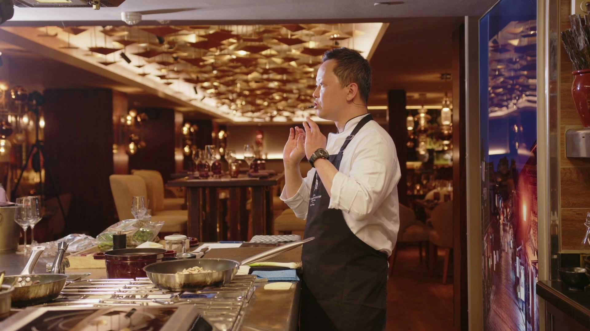 Chefkoch Song Lee führt souverän und mit großer Ruhe durch die Zubereitung von drei Gängen