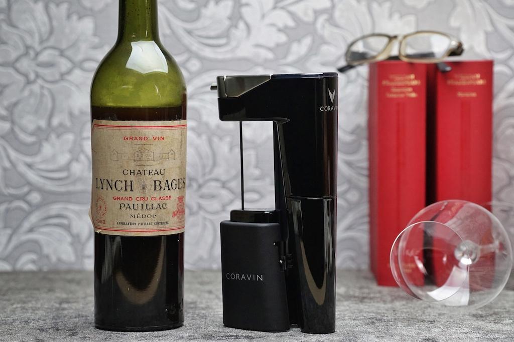 Einen alten Wein zu entkorken, birgt viele Risiken... und ist der Wein einmal geöffnet, sollte er natürlich nicht zu lange stehen. Mit dem Coravin Weinsystem Model Eleven muss sich der Weinfreund darum keine Gedanken machen; weder um das brisante Entkorken noch um die geöffnete Flasche. Denn mit dem Coravin Model Eleven entnimmt man der Flasche soviel Wein, wie man möchte....