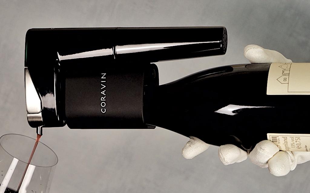 Wenn die Nadel durch den Kork geschoben wurde, muss die Flasche nur noch auf den Kopf gedreht werden. Die eingestellte Flüssigkeitsmenge läuft automatisch ins Glas