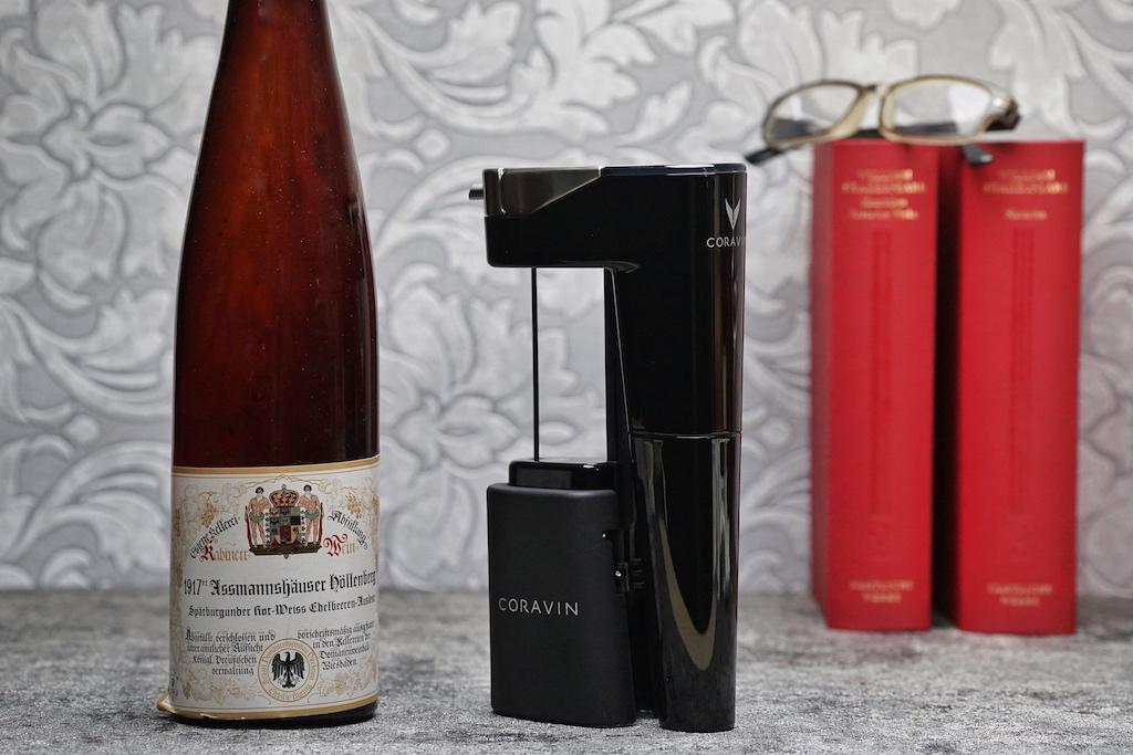 Ob Rotwein oder Weißwein, mit dem Coravin Weinsystem - hier im Bild das Model Eleven zu sehen - entnimmt man der Flasche einen Teil ihres Inhaltes, ohne den Korken zu ziehen. Bei einem Assmannshäuser Höllenberg aus dem Jahr 1917 bestimmt eine gute Entscheidung