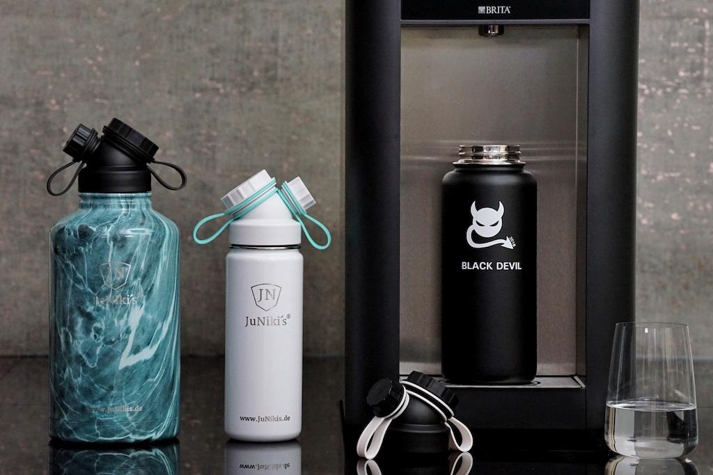 Trinkflaschen gibt es in nahezu allen Größen. das Fassungsvermögen variiert von 0,35 Liter bis fast 2 Liter. Granit Design-Optik