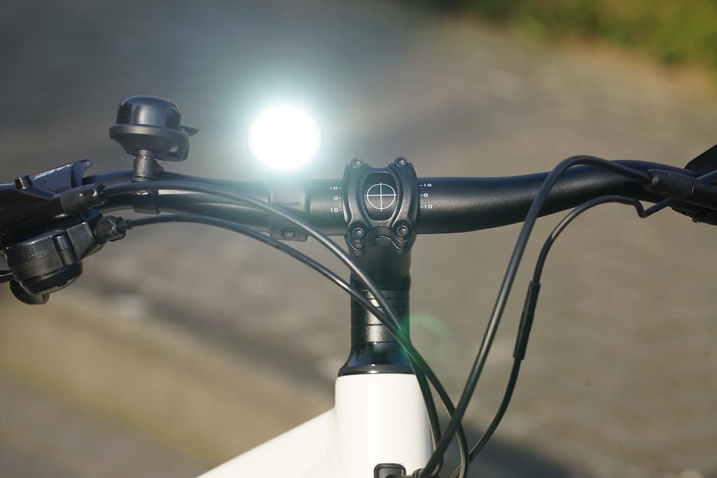 ... aber auch am Tag, sorgt das Sigma Sport AURA 25 + CUBIC Lichtset für Aufmerksamkeit