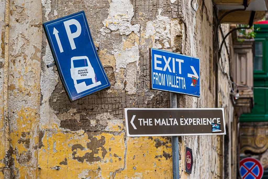 Malta ist unbedingt eine Reiseerfahrung wert! Mit Englisch kommt man überall weiter und manche Schilder sind sowieso selbsterklärend / © FrontRowSociety.net, Foto: Georg Berg
