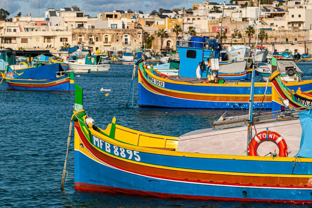 Fischerhafen in Marsaxlokk, im Südosten von Malta. Es gibt Häfen groß und imposant wie den der Hauptstadt Valetta, aber kleine Fischerhäfen prägen die abwechslungsreiche Küste von Malta und Gozo / © FrontRowSociety.net, Foto: Georg Berg