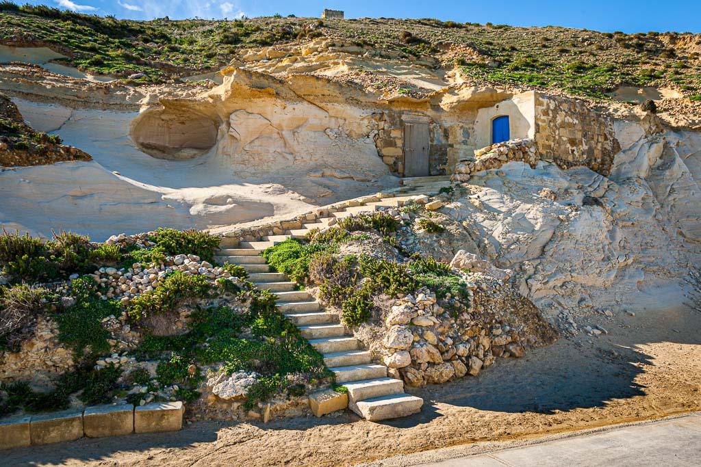 Im Sommer wird das Salz direkt aus den kleinen, in den Kalksandstein gehauenen Lagerräumen verkauft. Hier wird das aus dem Meer gewonnene Salz auch verpackt / © FrontRowSociety.net, Foto: Georg Berg