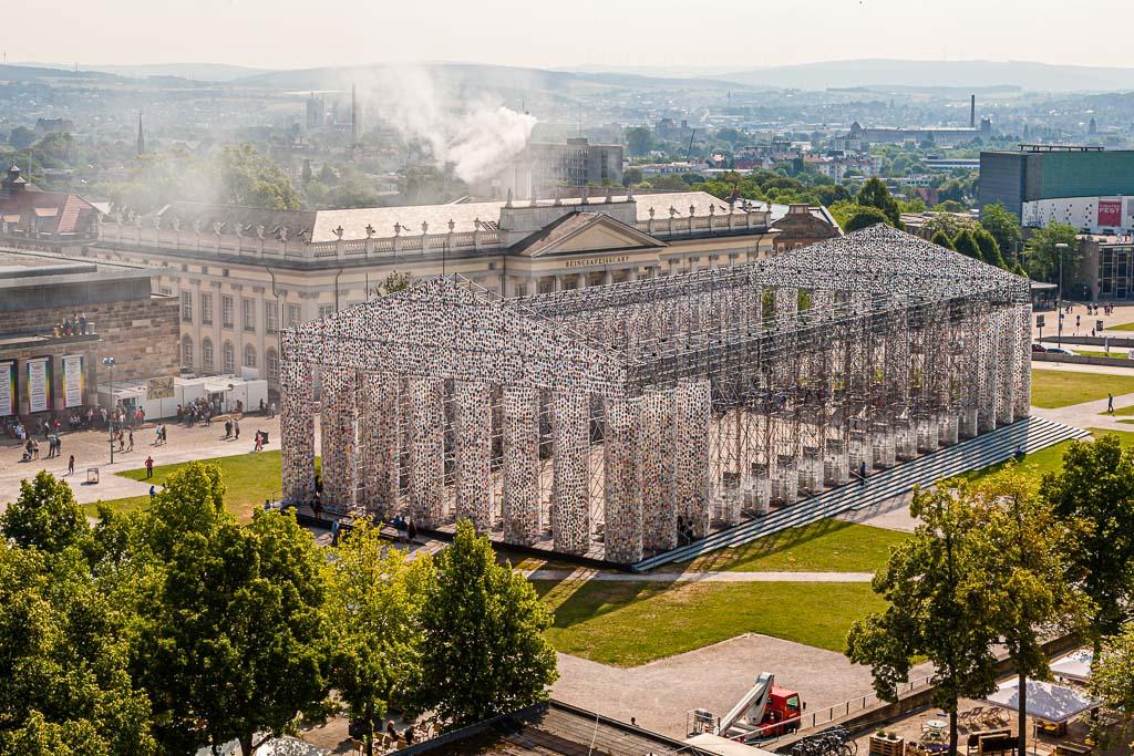Der Parthenon der Bücher – und täglich wird die Konstruktion, die in ihrer Dimension ein Nachbau des Tempels auf der Akropolis ist, massiver und mit weiteren Büchern bestückt / © FrontRowSociety.net, Foto: Georg Berg