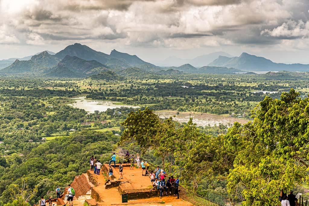 Atemberaubender Blick von der Felsenfestung Sigiriya über Reisfelder und in der Ferne liegende Gebirgszüge / © FrontRowSociety.net, Foto: Georg Berg