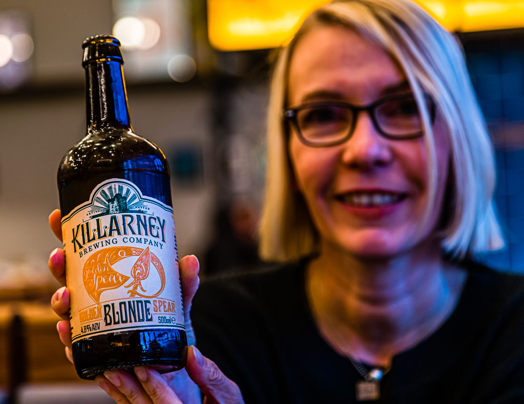 Auch Redakteurin Angela Berg ist großer Bierfan. In Irland ist sie passend zur Haarfarbe auf ein kühles Blondes gestoßen / © FrontRowSociety.net, Foto: Georg Berg