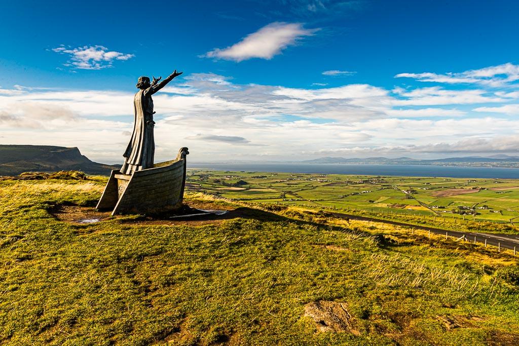 Hier steht der Meeresgott Manannan Mac Lir und natürlich hält man an einem solchen Ort an, auch wenn es noch so windig ist. Gortmore ist ein atemberaubender Aussichtspunkt an der Bishop's Road in Nordirland und ist Teil der Causeway Coastal Route. An einem klaren Tag kann man von hier bis Donegal und die Inseln Islay und Jura an der Westküste Schottlands schauen. Wie gut, dass der Meeresgott uns Einhalt geboten hat! / © FrontRowSociety.net, Foto: Georg Berg