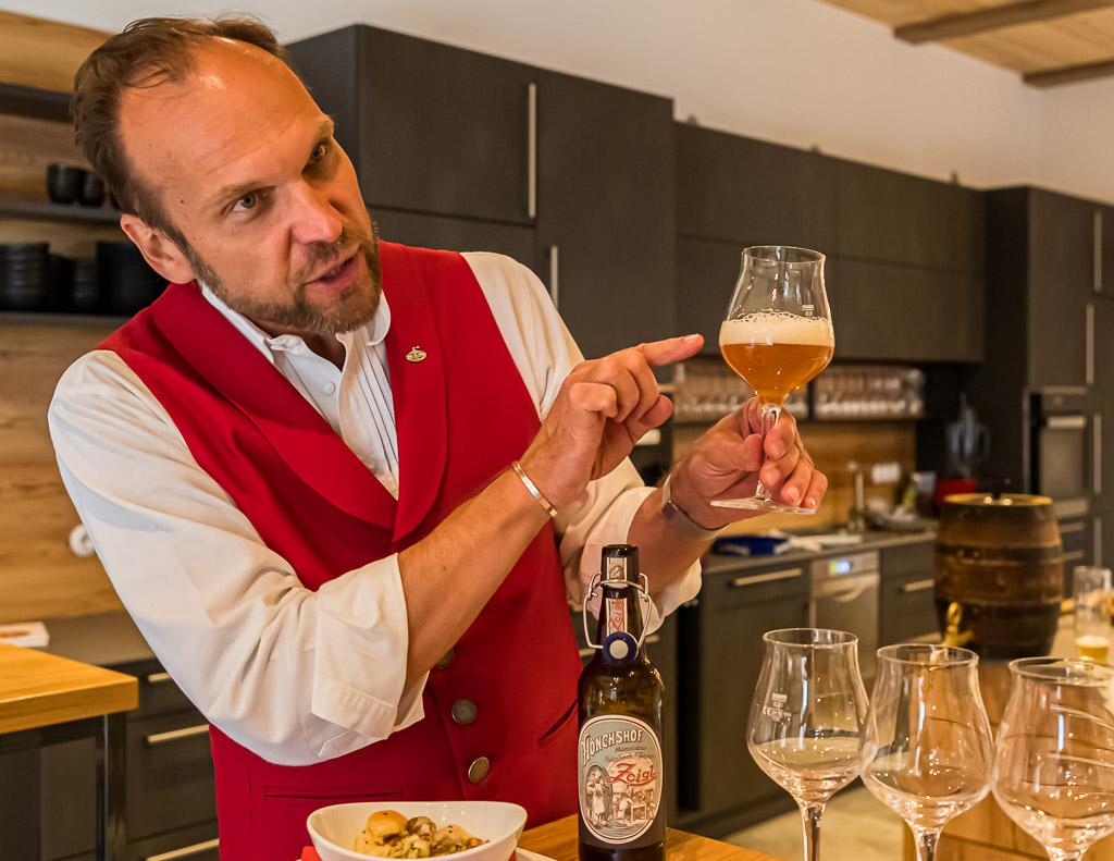Ein Biersommelier ist immer auch Geschichtenerzähler und verknüpft sein Bierwissen mit Anekdoten ums Bierbrauen und Biertrinken / © FrontRowSociety.net, Foto: Georg Berg