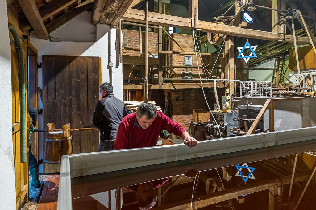 Der Brauprozess im alten Kommunbrauhaus steht kurz vor dem Ende. Die Stammwürze ist abgekühlt und wird aus dem Kühlschiff in Holzbottiche gefüllt / © FrontRowSociety.net, Foto: Georg Berg
