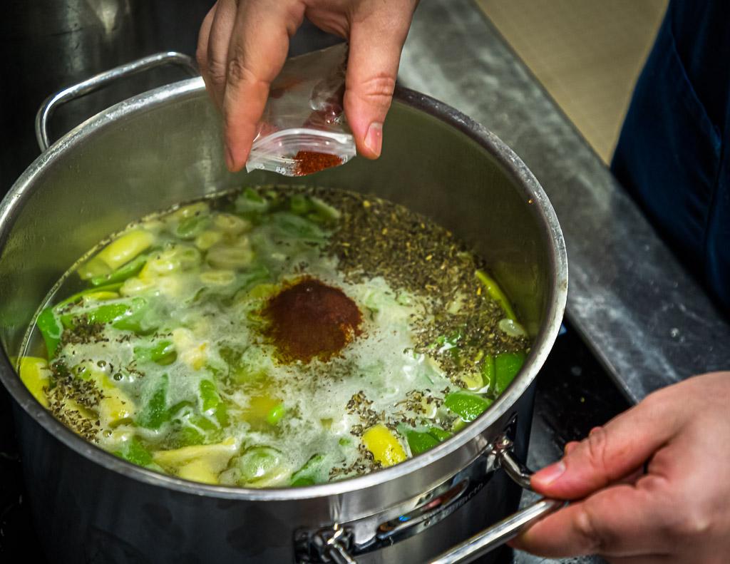Simon Klein bei der Zubereitung der Bohnensuppe mit Rauchbier, Safran und Bohnenkraut / © FrontRowSociety.net, Foto: Georg Berg