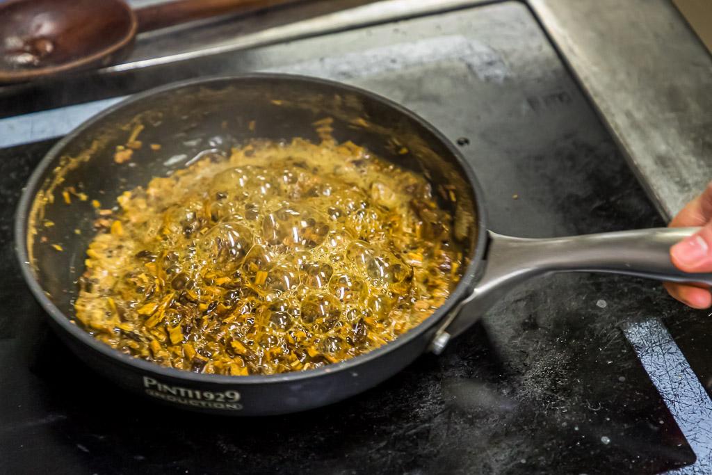 So entlockt man dem Süßholz die Süße. Geraspelt und in Wasser aufgekocht / © FrontRowSociety.net, Foto: Georg Berg