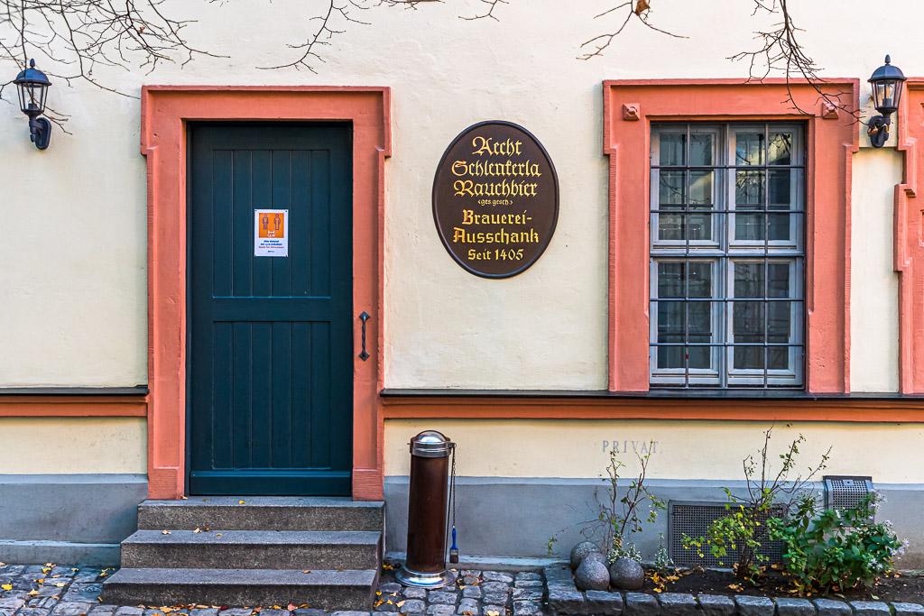 Aecht Schlenkerla Rauchbier, Brauerei-Ausschank seit 1405 in der Dominikanerstraße 6 ist ein sehr prominentes Beispiel für das an ein Grundstück verbriefte Braurecht aus dem Mittelalter / © FrontRowSociety.net, Foto: Georg Berg