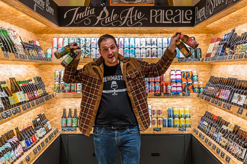 Die Bierothek in Bamberg führt Biersorten aus aller Welt. Als Braumeister und Biersommelier kann Inhaber David Hertl viel über die Biere, ihre Zutaten und die Herstellung sagen / © FrontRowSociety.net, Foto: Georg Berg