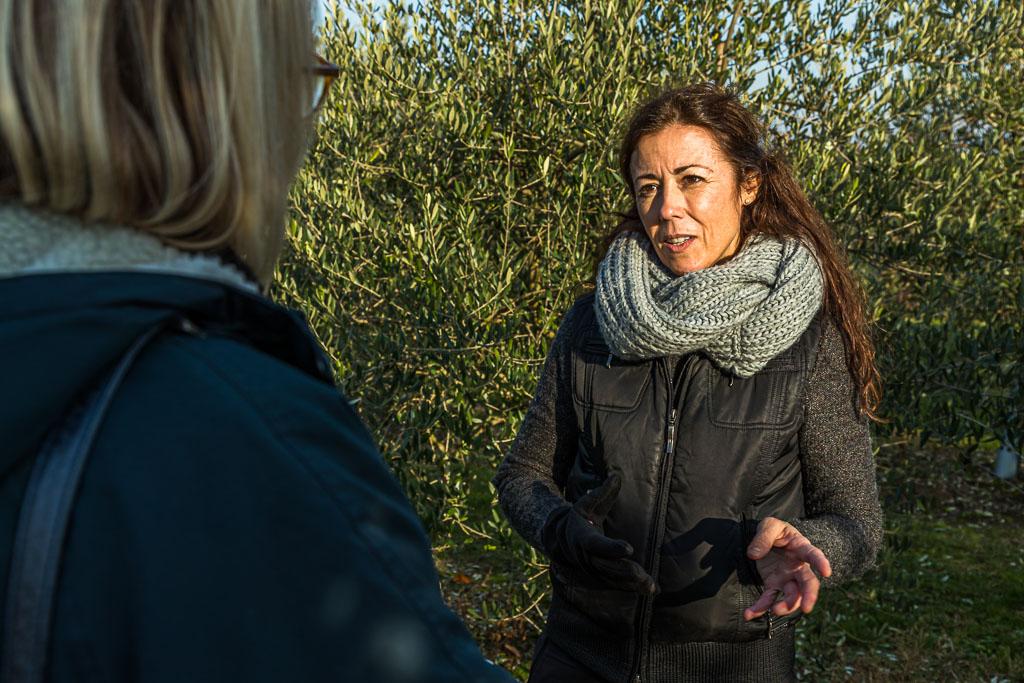 Begegnung im Olivenhain am Niederhein. Carmen Sanchez Garcia ist Sommeliere für Olivenöl und in diseser Funktion auch international gefragtes Jurymitglied / © FrontRowSociety.net, Foto: Georg Berg