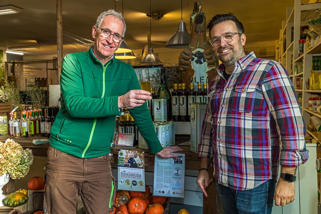 Michael Becker vom Gartenhof Becker und Bastian Jordan von Jordan Olivenöl sind die beiden Initiatoren des Olivenprojekts am Niederrhein / © FrontRowSociety.net, Foto: Georg Berg