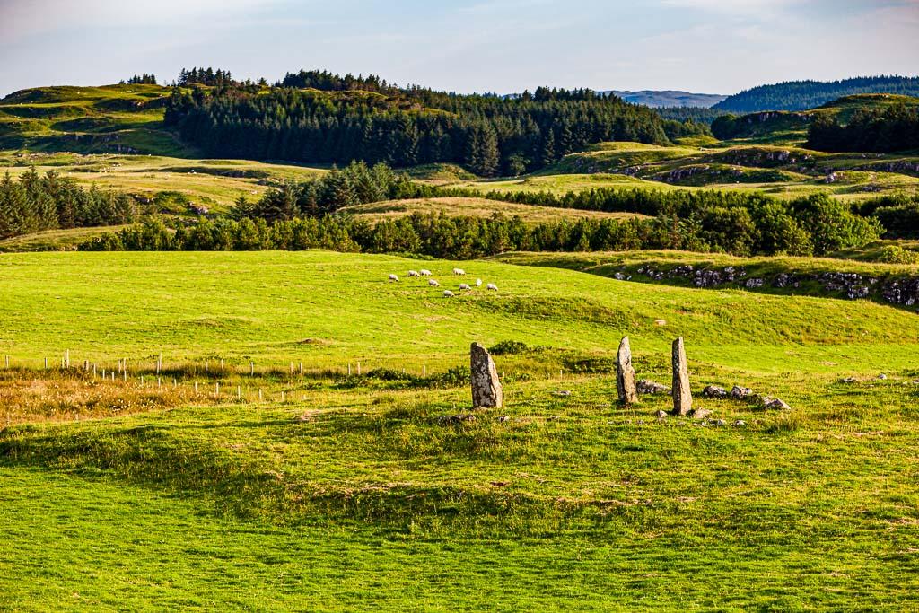 Ein Steinkreis nahe Glengorm Castle auf der Isle of Mull in Schottland. Nicht mehr als ein paar aufrecht stehender Steine auf einer Wiese. Aber ihre Anordnung lässt erahnen, dies ist ein besonderer Ort / © FrontRowSociety.net, Foto: Georg Berg