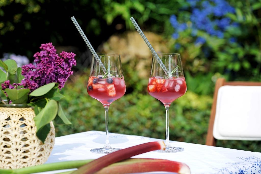 Der Himbeertraum von Tim Woitaske auf Eis mit Erdbeeren, Heidelbeeren und Kräutern bringt Erfrischung pur; Gläser: Gabriel