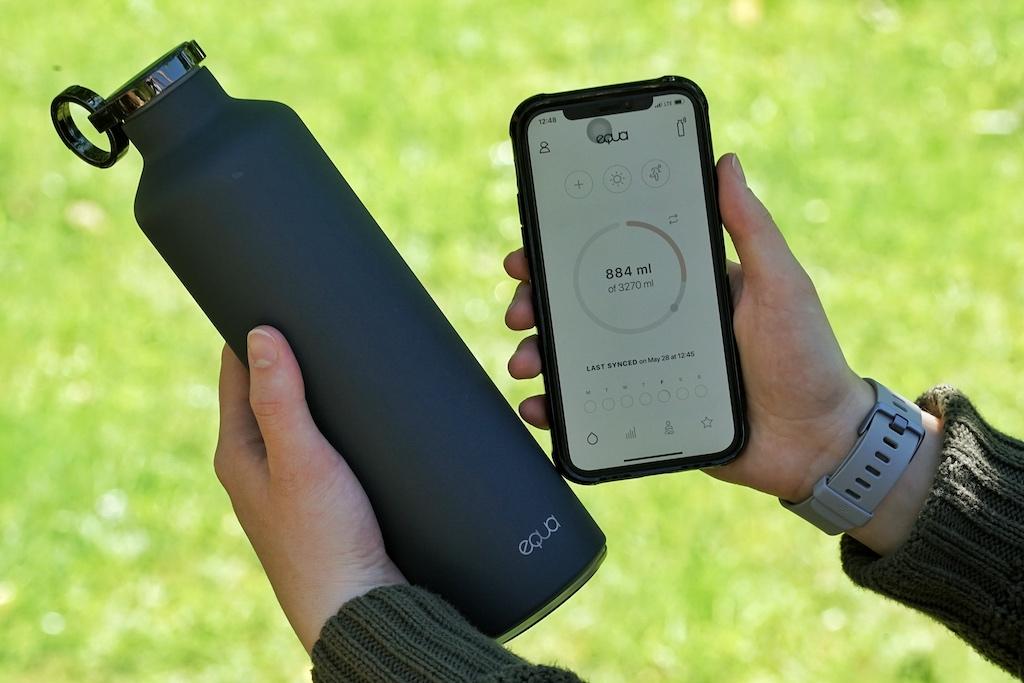 Die smarte Trinkflasche von EQUA (EQUA, Smarte Wasserflasche 680ml) hält Getränke nicht nur 24 Stunden kalt bzw. bis zu 12 Stunden warm, sondern erinnert durch subtiles Leuchten, dass es Zeit wird, einen Schluck zu trinken
