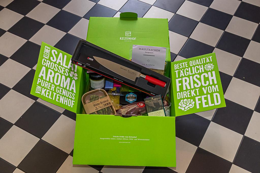 Genussbox mit französischem Champagner und vielen Genussprodukten aus dem Feinschmecker-Netzwerk von Nicolas Feuillatte & Friends. Allen voran frische Maultaschen aus dem Restaurant Linde in StuttgartKELTENHOFSALATIMULESself-madeTHICKLARGE 3SALLTAROMAULINDERed SpiritBEST QUALITYEVERY DAYPURE ENJOYMENTSKELTENHOFRed SpiritFRESHFIELDDIRECTLY FROMBUTTER BOZWild broccoli10ORIGINALCANSFresh greetings from the KeltenhofSelected salads, edible flowers, wild and meadow herbswww.keltenhof.com / © FrontRowSociety.net, Foto: Georg Berg