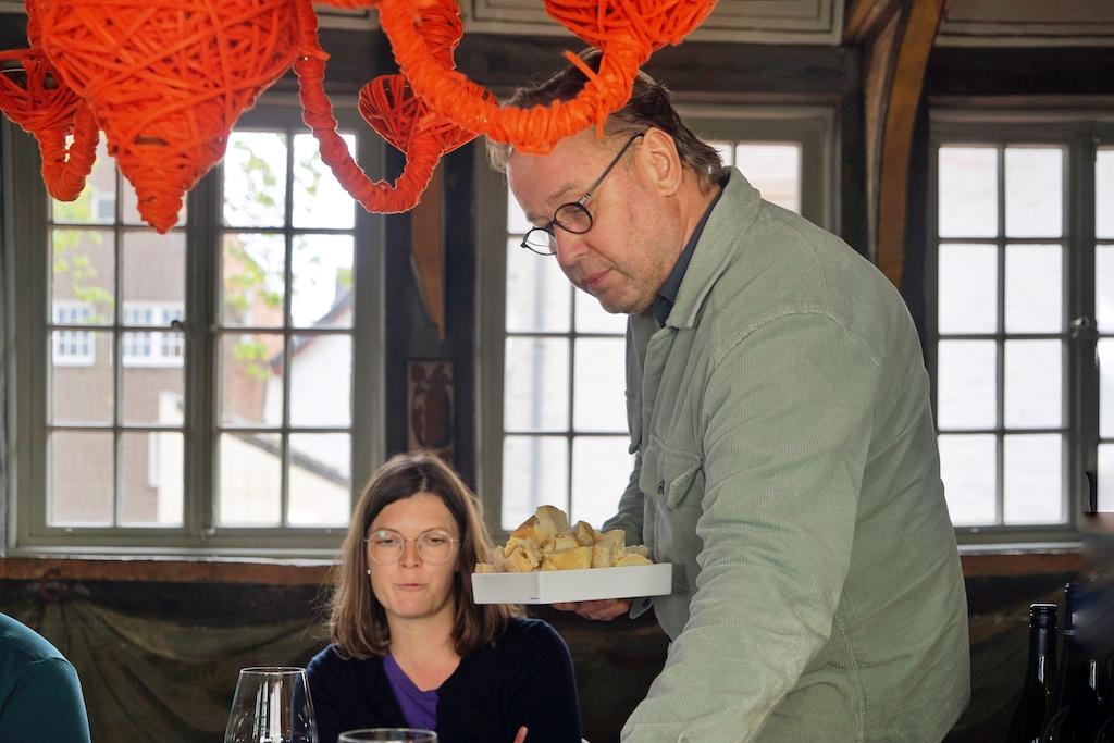 Spitzenkoch Thomas Bühner, der bis 2018 das mit 3 Sternen dekorierte Restaurant La Vie führte, hatte FrontRowSociety - The Magazine sein historisches Haus von 1460 zur Orange Wine Verkostung zur Verfügung gestellt - ganz in alter Manier kümmerte er sich um seine Gäste