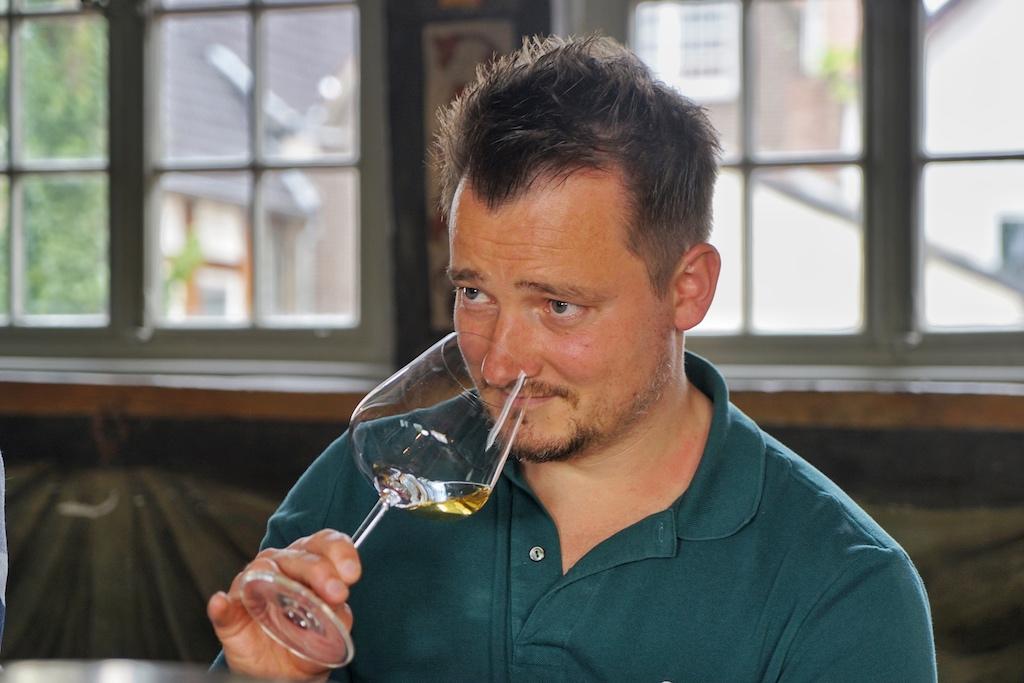 Chefsommelier des 5 Sterne Superior Fairmont Hotel Vier Jahreszeiten, Christian Scholz, steuerte sein Fachwissen ebenfalls bei der wohl größten Orange Wineprobe bei, die es im deutschsprachigem Raum so bisher gegeben hatte