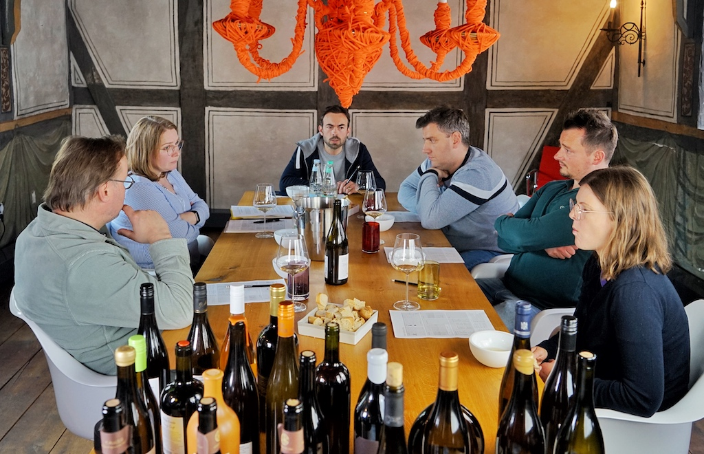 Die Wein-Experten unter sich. 3 Sternekoch Thomas Bühner stellte während der Pandemie sein historisches Haus von 1460 für die Orange Wine Verkostung zur Verfügung